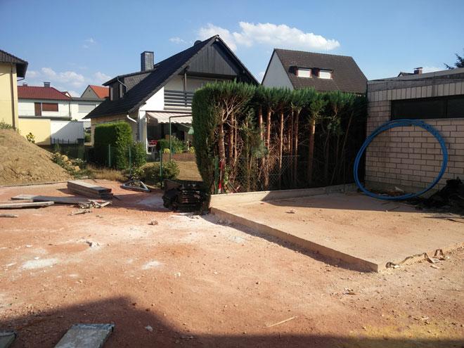 Vorher: Die Abstellecke hinter der Garage bietet keine Aufenthaltsqualität durch fehlende Gartengestaltung