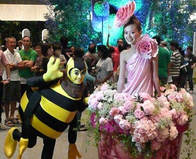 GardenDrum-Linda-Green-One-of-the-gorgeous-flower-girls-with-bumble-bee