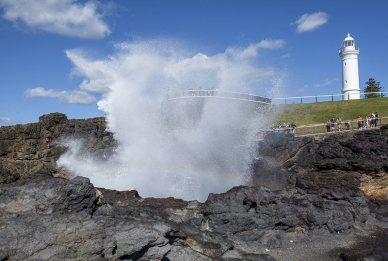 The Blowhole and lighthouse in Kiama © Destination NSW