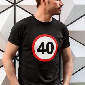 potiskana majica prometni znak 40 let rojstni dan zabava darilo tisk na majice tiskarna garderoba ljubljana dtg tisk spletno nakupovanje dostava po pošti osebni prevzem kvaliteten tisk obstojno