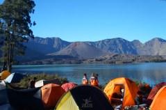 Deretan Tenda di Tepi Danau