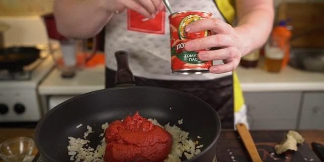 وصفة بيتزا منزلية بالفرن بالسجق والجبن