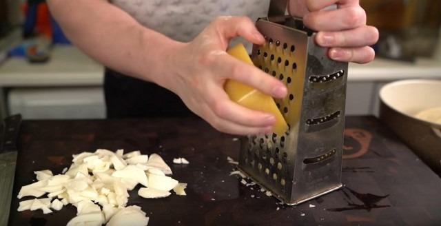 Receta de pizza casera al horno con chorizo y queso