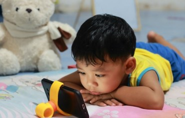 jangan-perli-ibu-bapa-bagi-anak-tengok-handphone-masa-makan