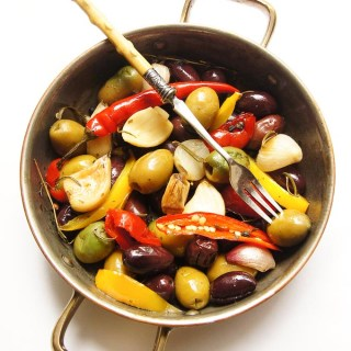 ROASTED GARLIC AND OLIVES NIBBLE