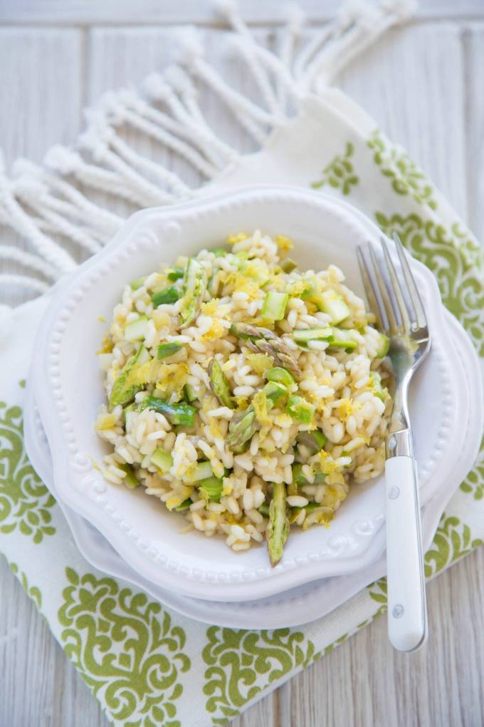 40 min Asparagus Lemon Risotto recipe is clean, simple and absolutely delicious. Super easy Spring dish idea - ready in under 40 min.