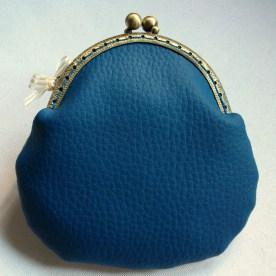 Monedero con boquilla en polipiel estampada modelo Pavo Real - trasera en polipiel lisa color azul