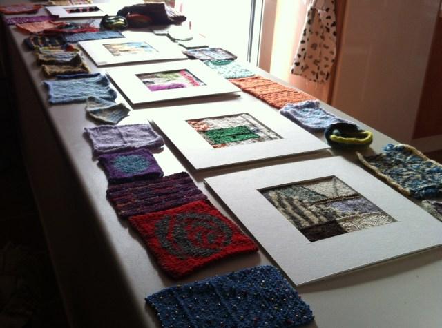 """Klassens produktion. Masser af teknikprøver samt vores """"kunstopgave"""": et strikket billede fra Monda"""