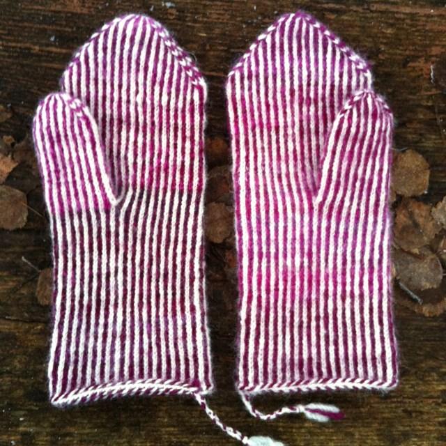Færdige vanter i tvebinding / finished mittens in twined knitting