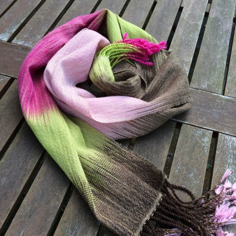 Tørklæde/sjal i lærredsvævning. Trendgarnets indfarvning og oplægning giver ikat-virkningen.