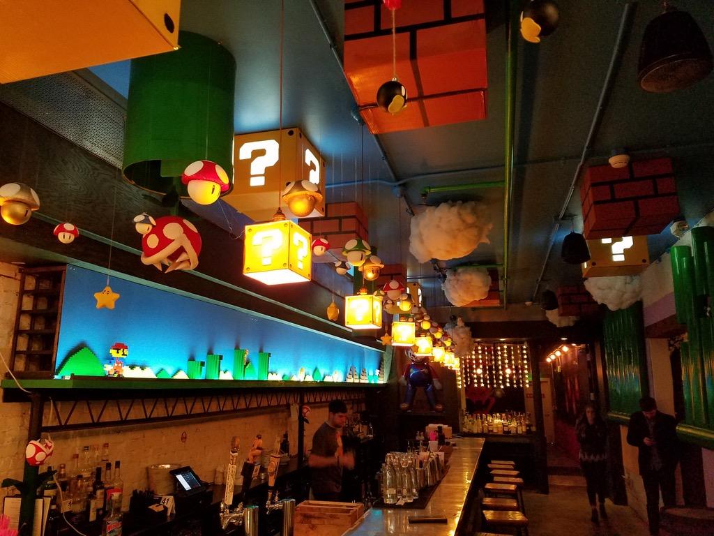 Bar pop up com decoração temática de Super Mario