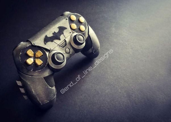 Controle DualShock 4 do Batman sabe aonde o gatilho está!