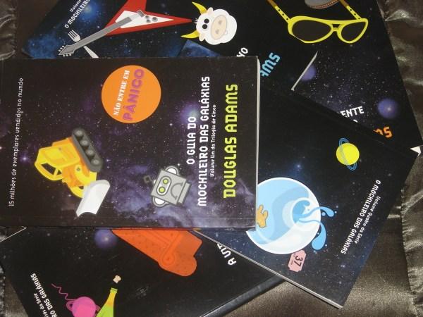 Dia da Toalha: Quem foi Douglas Adams e 5 Motivos pra ler o Guia do Mochileiro das Galáxias