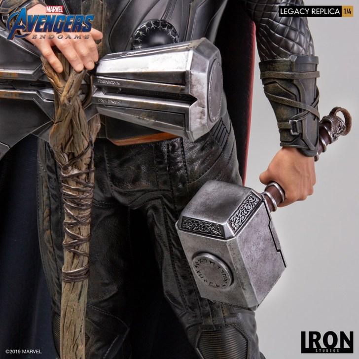 Detalhe do Rompe-Tormente e Mjonir produzidos pela Iron Studios