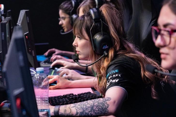 Cena feminina ganha espaço no mundo dos eSports