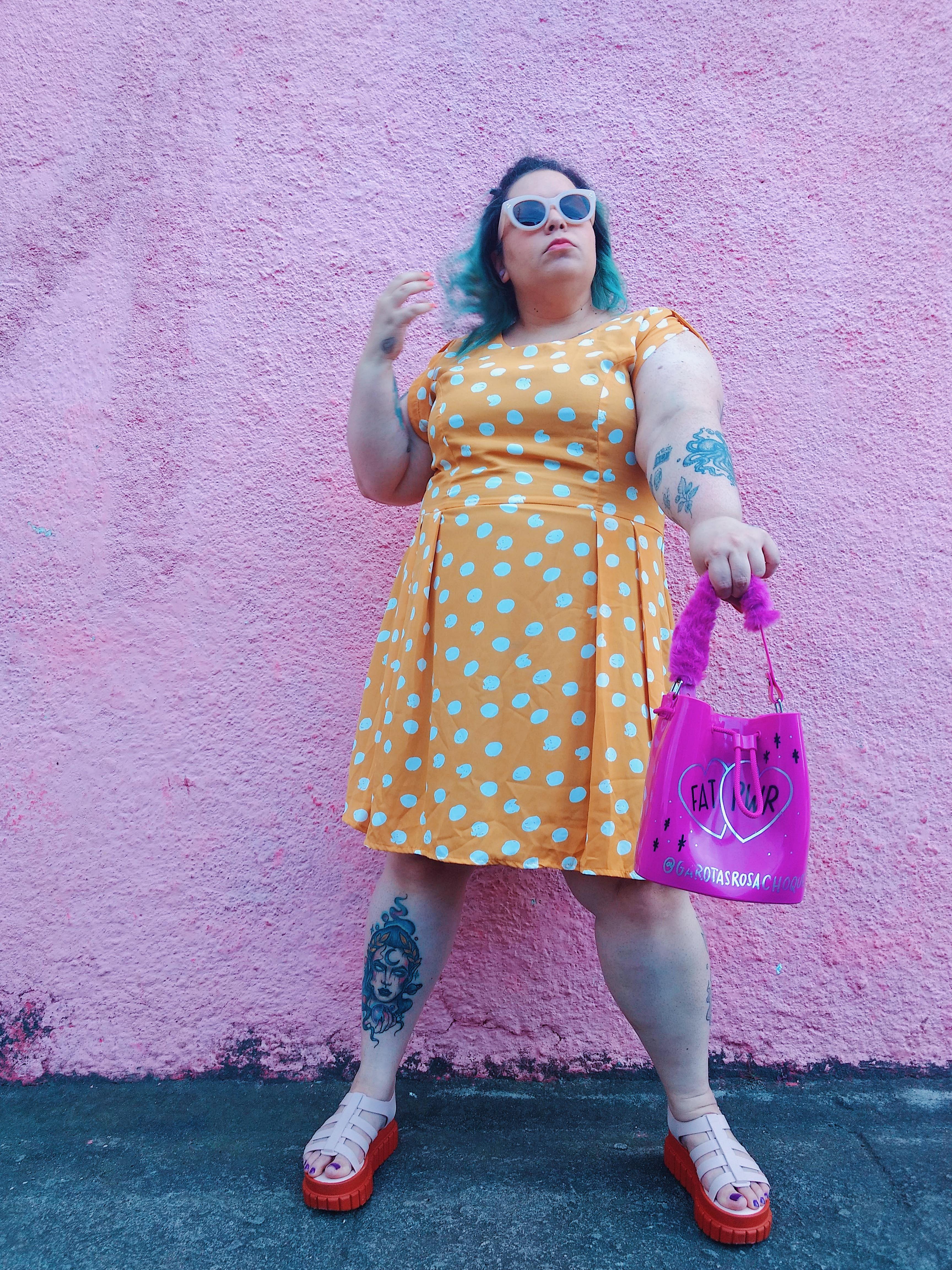 vestido plus size na cor mostarda com poá branco plus size chica bolacha