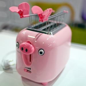 a-torradeira-em-abs-em-formato-de-porquinho-cor-de-rosa-e-da-marca-italiana-brandani-wwwbrandaniit-conhecida-por-pecas-de-design-bem-humorado-1340384601997_300x300