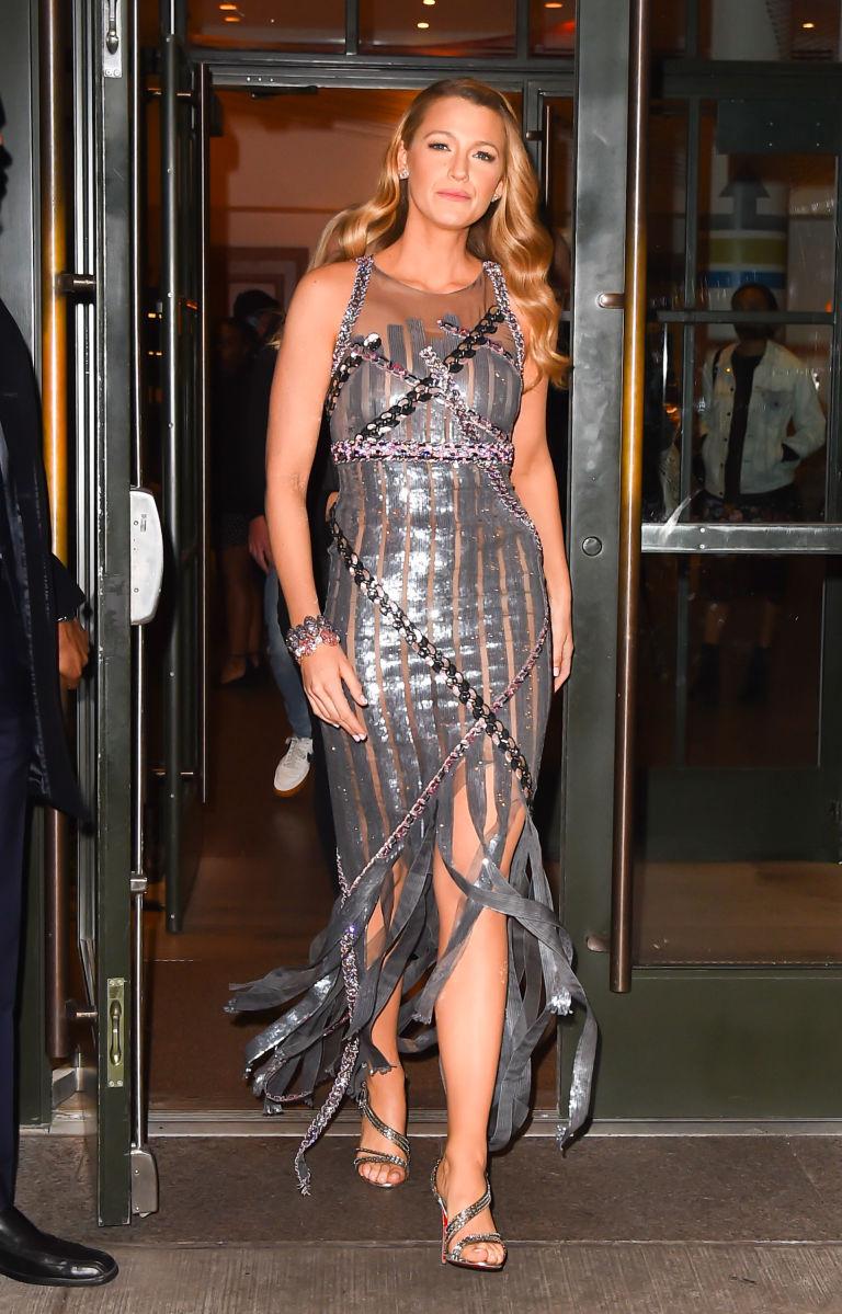 Blake Lively vestido prata
