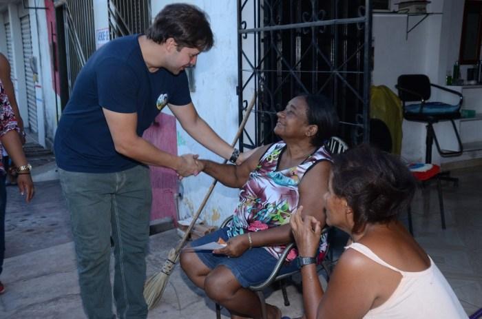 Moradora do bairro recebe o prefeito e o parabeniza pelo trabalho bem feito por  Caxias