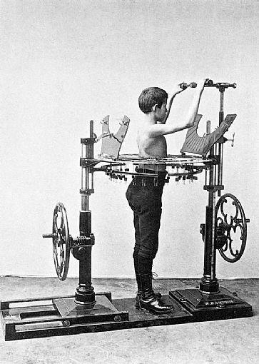 A primeira vista estas máquinas parecem construídas para torturarem pessoas, mas são os primeiros aparelhos de ginástica da história - Foto: Reprodução