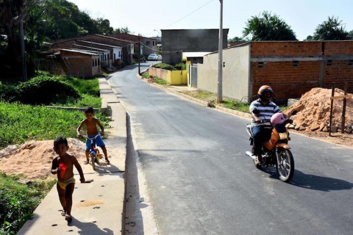 Rua da Mangueira, na Vila Isabel recebe motoristas e transeuntes de todas as idades depois que as obras de pavimentação deixaram os buracos, lama e poeira, para trás