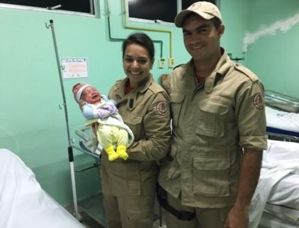 Os bombeiros Alyni Mendes e Nyzeval Pavão visitaram a mãe e a bebê no hospital