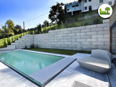Moderne Architektur im Gartenbereich. ReCon-Steinmauer mit Pool.