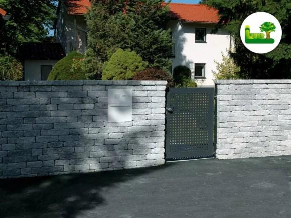 Gala Blocksteinmauer mit integrierten Briefkasten, Gegensprechanlage und Gehtür. Garten Leber Jagerberg.