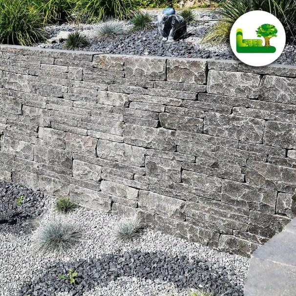 Eine Natursteinmauer mit dem Kerala Balt. -In der Steiermark! Ihr Garten Leber Team machts möglich!
