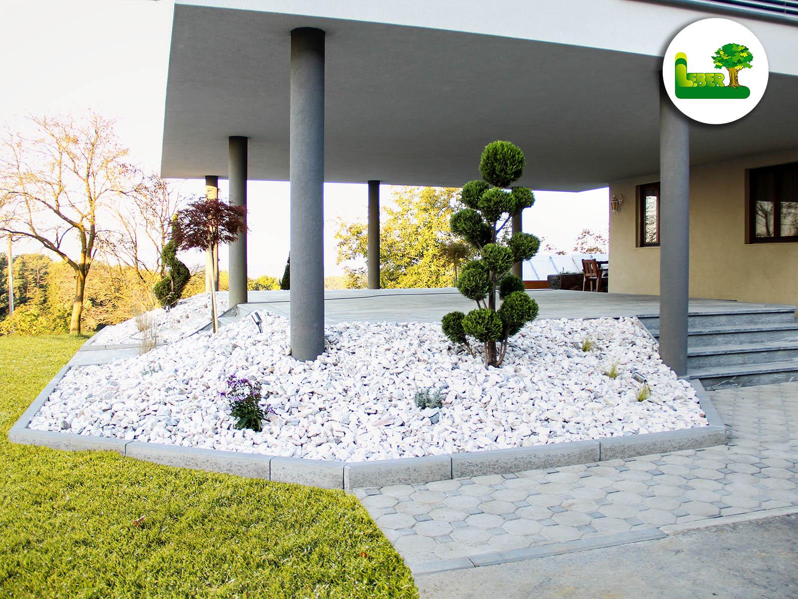 Terrasse mit Biasca Gneis d=3cm und einen Steingarten mit Zierkies Marmor Rose und einer Bepflanzung - Garten Leber.