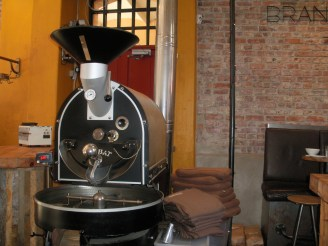 Großer Kaffeeröster vor loftähnlicher Kulisse.