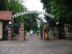 """Offenes Metalltor mit der Überschrift """"Trädgårdsföreningen"""" als Eingang zu einem Park."""