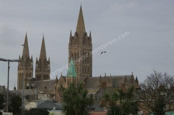 Blick aus der Ferne auf eine Kathedrale aus gelbem Sandstein
