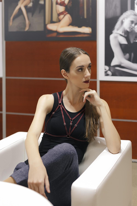 Нижнее бельё в качестве верхней одежды. День 5: Топ с держателями для чулок и портупея / Garterblog.ru