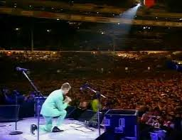 David Bowie praying on stage - The Lord's Prayer in fact!