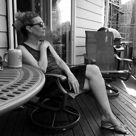 Maggie sur la terrace, black and white