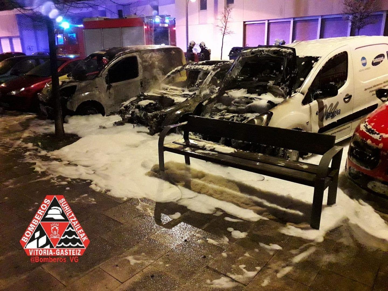 Coches incendiados   Foto: Bomberos