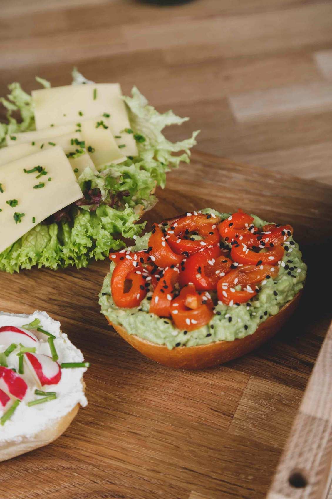 Brötchen mit Avocadocreme,gegrillten Paprikastreifen und Sesam