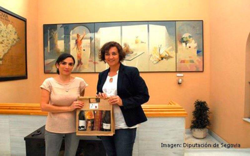 Entrega del lote de productos Alimentos de Segovia por Ana Redondo