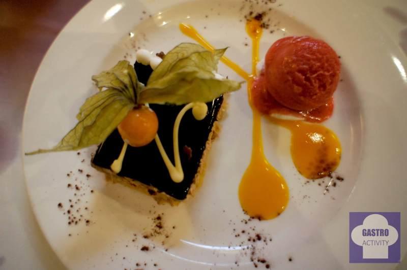Tarta de chocolate con helado de frutos rojos y mango