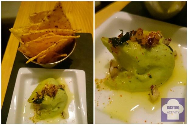 Torta de maíz frito con mole de fabes en restaurante Kuiru en Madrid