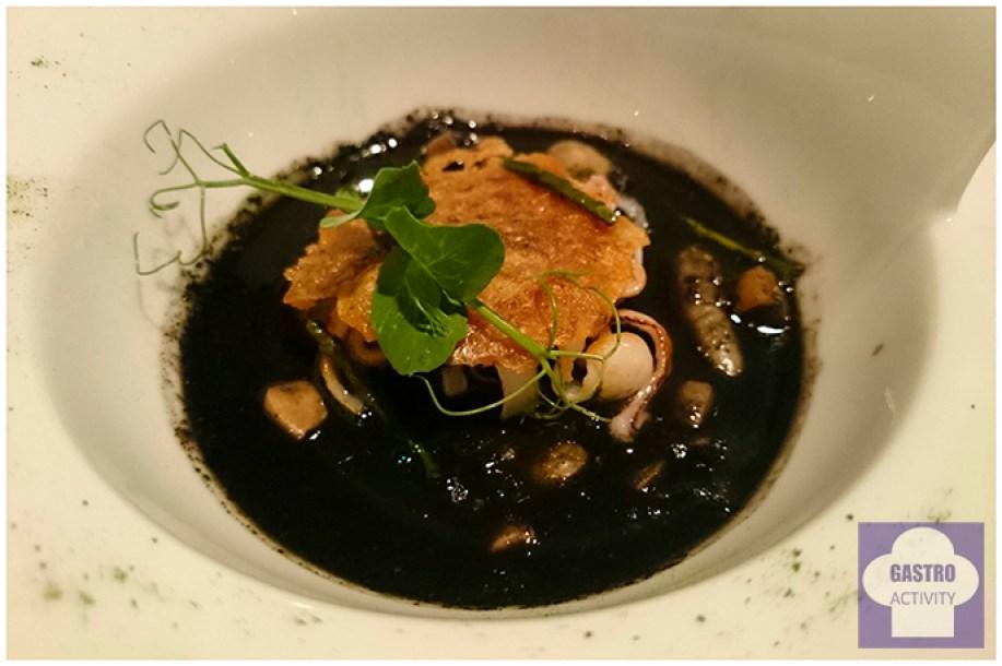 Fabes verdes texturas de calamar, manitas tostadas y salicornia en restaurante Arbidel