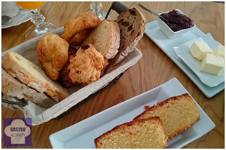 Cesta de pan, scons, mini croissants y bizcocho