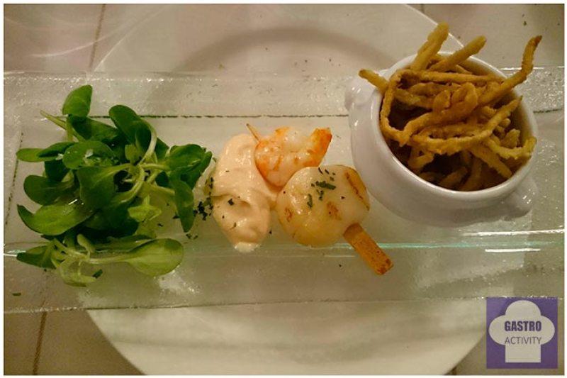 Brocheta de vieira y langostino. Cazuelita de salmorejo con patatas paja y ensalada de berros