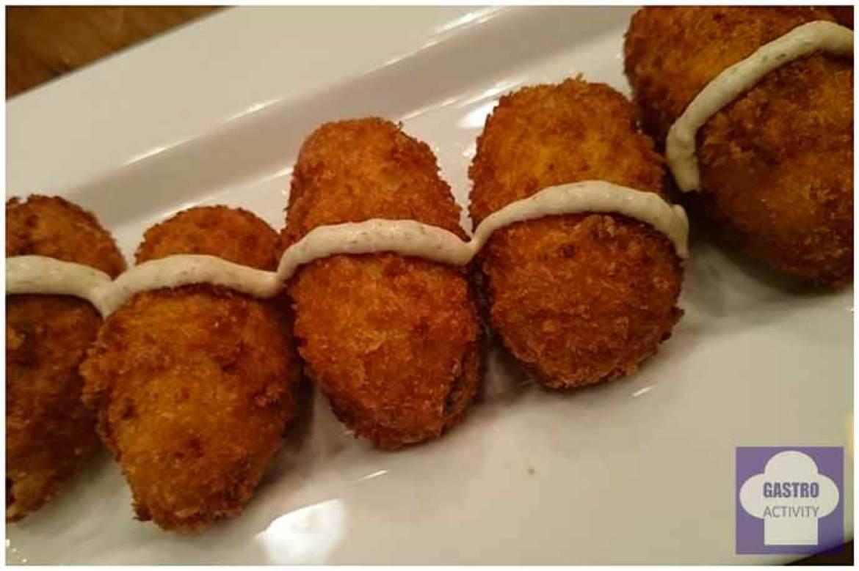Croquetas de pollo con crema de boletus