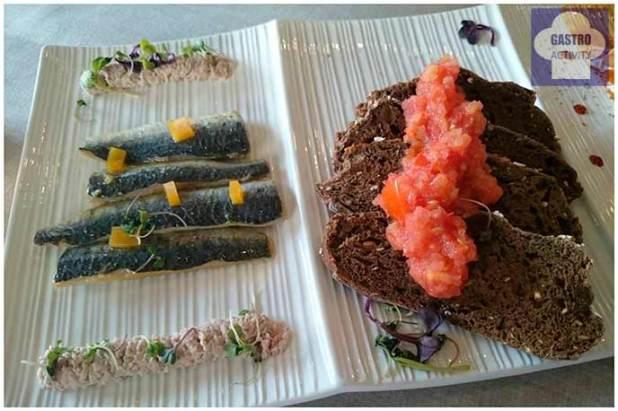 Sardinas marinadas, pan y tomate