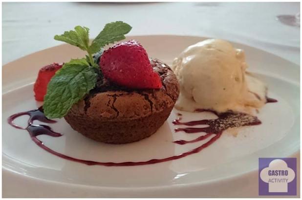 Soufflé de chocolate negro con helado de vainilla