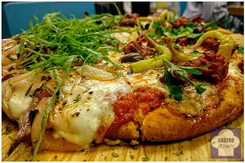 Pizza mitad Fugazza con Queso y mitad Calabresa Picsa