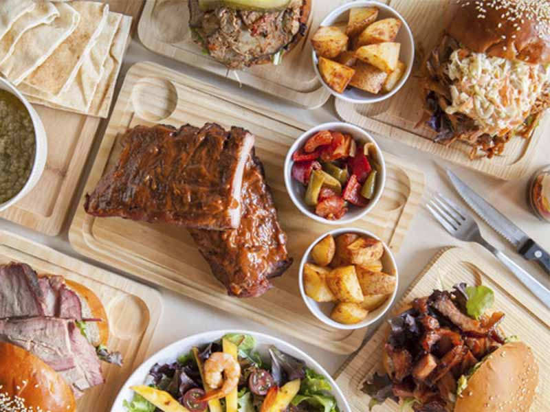 Platos de Komki Smoked BBQ especialista en carne ahumada