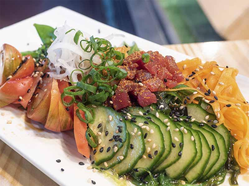 Enslada de wakame y 3 pescados Sushi en Bici comida japonesa